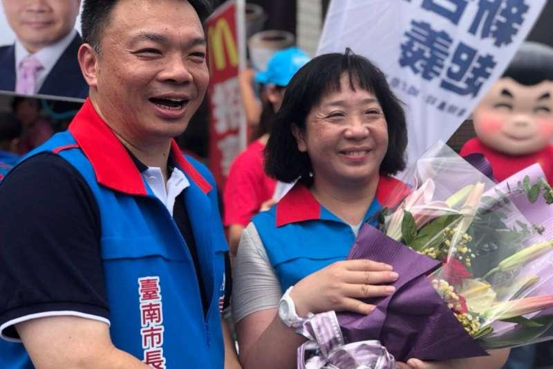 國民黨台南市長候選人高思博妻子周韻采(右)被指控接受國民黨酬庸,擔任中華電信獨董。對此,周韻采回應,就算是酬庸,也是有專業的。(取自高思博臉書)