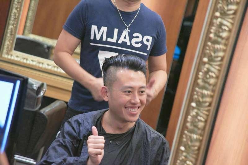20181114-新竹市長林智堅13日直播剪頭髮過程,林智堅不僅大方分享「抓頭髮撇步」,也透露自己是自然捲,且每個月剪髮一次約花15至20分鐘,首次曝光維繫招牌油頭的秘訣。(新竹市政府提供)