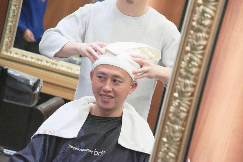 新竹市長林智堅13日直播剪頭髮過程,注重形象的他,首度放下偶像包袱,首度「解放」油頭的樣貌亦首度曝光。(林智堅競選辦公室提供)