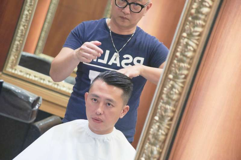 20181114-選戰將至,新竹市長林智堅13日直播剪頭髮過程,超過2萬人觀看。(新竹市政府提供)