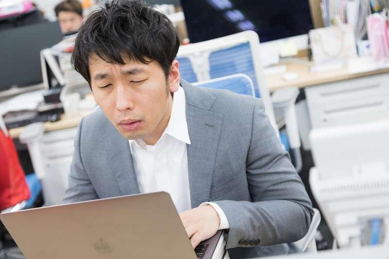 大家會為了什麼「目的」而熬夜呢?簡單來說就是因為想要隔天「沒有精神的上班」。進一步探討下去,其實你的「目的」是想「逃避在工作上遇到的挫折」。(圖/すしぱく@pakutaso)