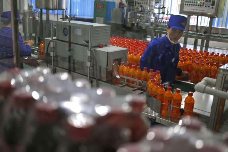 金正恩2018年7月曾視察的北韓元山「松濤園綜合食品原料工廠」,工人正在監控飲料生產線。(AP)