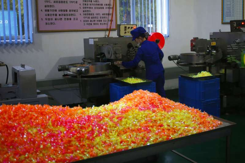 金正恩2018年7月曾視察的北韓元山「松濤園綜合食品原料工廠」生產糖果。(AP)