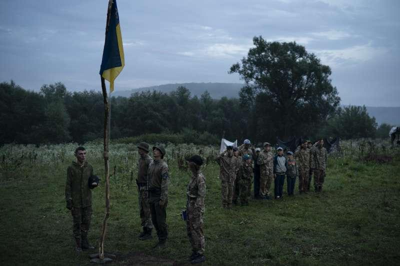 烏克蘭極右派團體舉辦青少年戰鬥營,訓練他們對抗俄羅斯軍人和分離主義者。(美聯社)
