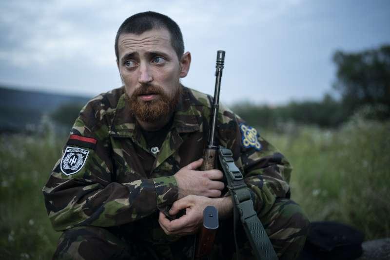 烏克蘭極右派團體舉辦青少年戰鬥營中的訓練教練契爾卡欽。(美聯社)