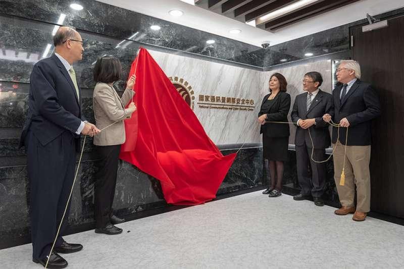 「國家通訊暨網際安全中心」(NCCSC)15日(左二)舉行揭牌儀式,總統蔡英文到場揭牌。(總統府提供)