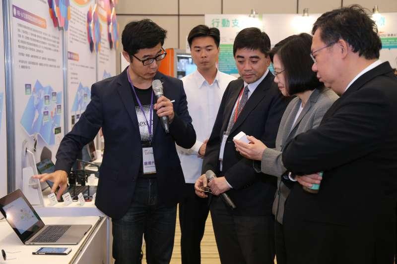 20181115 upload-聯齊科技執行長顏哲淵(左)向總統蔡英文展示產品。(聯齊提供)尹俞歡專題 用電 電價 智慧電表 Cube J