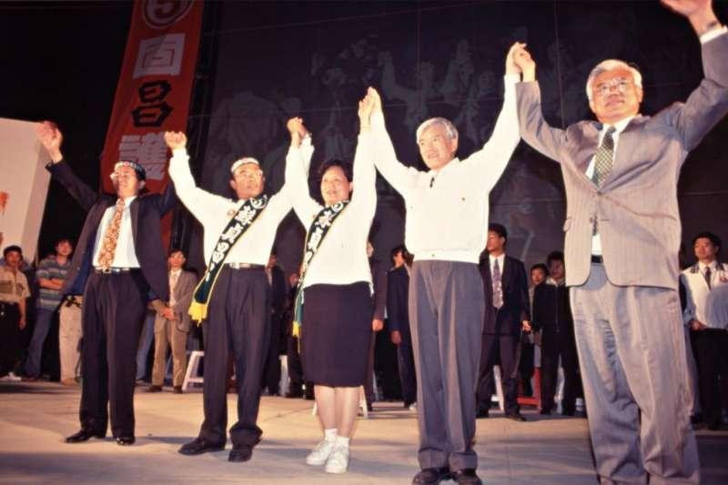 1997年,第13屆台北縣長候選人蘇貞昌(左二)舉辦選前之夜造勢晚會,當時的台北市長陳水扁(左一)、立委盧修一(右二)及台北縣長尤清(右一)為蘇貞昌站台。(取自開放博物館網站)