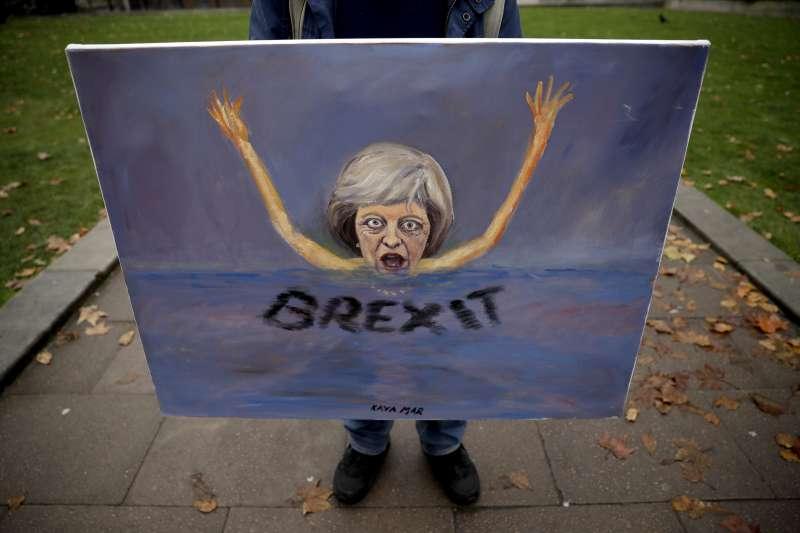 英國首相梅伊(Theresa May)是否即將滅頂於「脫歐之海」(AP)
