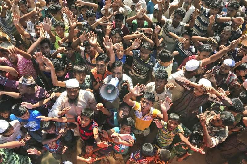 15日,孟加拉烏奇普郎的難民營內,羅興亞難民抗議孟加拉當局的強制遣返行動(美聯社)
