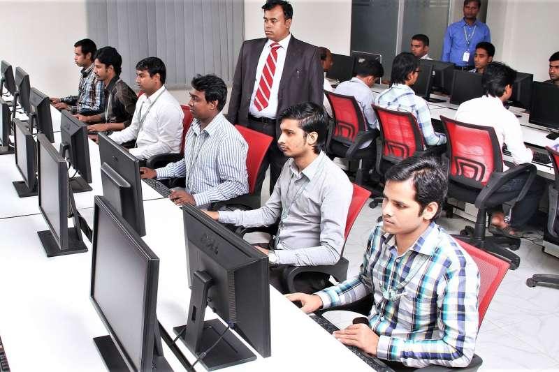 在矽谷的工程師,每4人就有1個是印度人!為何印度每年都能輸出許多數理菁英,在全球發光發熱呢?來看看他們驚人的「國民數理教育」!(圖/selenajain@pixabay)