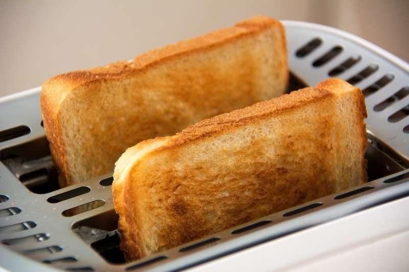 早餐店的三明治大多是使用去邊後的方形吐司,不過全台每天吃掉那麼多三明治,被去除掉的吐司邊到底都到哪裡去了呢?(圖/CordMediaStuttgart@pixabay)