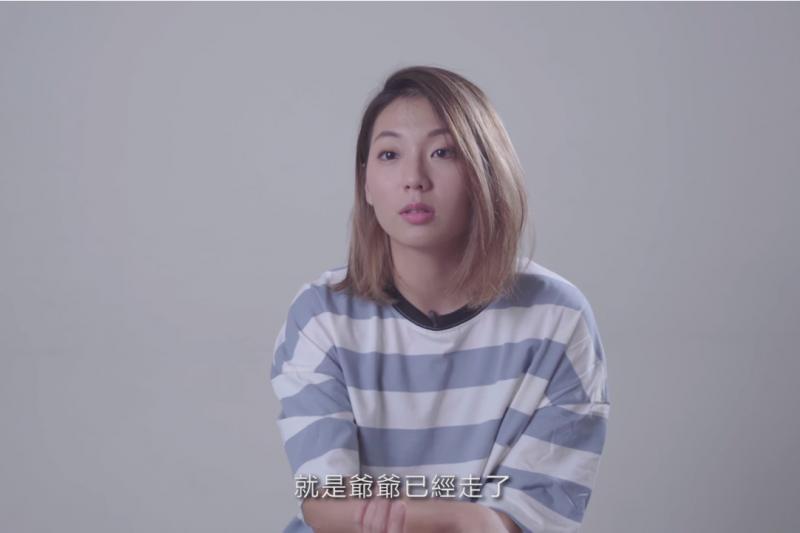 高雄市長候選人韓國瑜官方廣告《孩子回家紀實篇》中,一名26歲的吳尚樺在影片中說,爺爺奶奶過世,但因為他在台北而無法見到最後一面,引發討論。(取自YouTube)