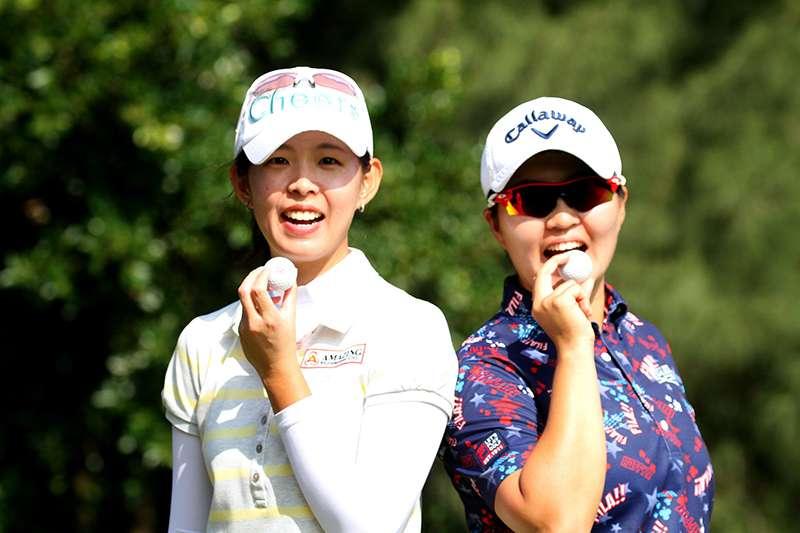 台哥大女子高球公開賽,第2輪賽事居然出現邱齡緹(左)和陳子涵(右)以及李旻先後在第16洞打出一桿進洞,可以說是高球界奇聞。(台灣大哥大提供)
