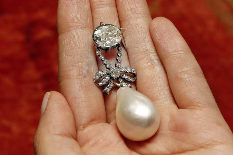 法國國王路易十六、王后瑪麗.安東妮(Marie Antoinette)的水滴型鑲鑽珍珠墜子(AP)