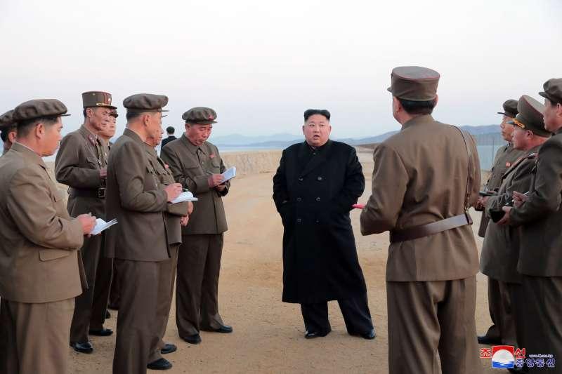 2018年11月16日,朝鮮中央廣播電台報導,最高領導人金正恩前往一處軍事機構,親自視察一種「新型高科技武器」的測試。(AP)