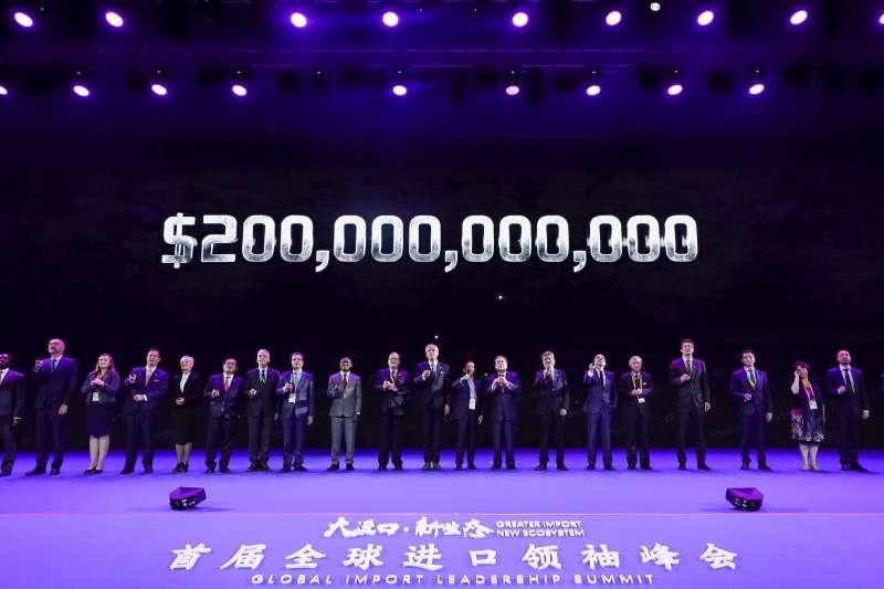 在首屆進博會系列活動——全球進口領袖峰會上,阿里巴巴集團宣佈2000億美元進口計畫(新華社)