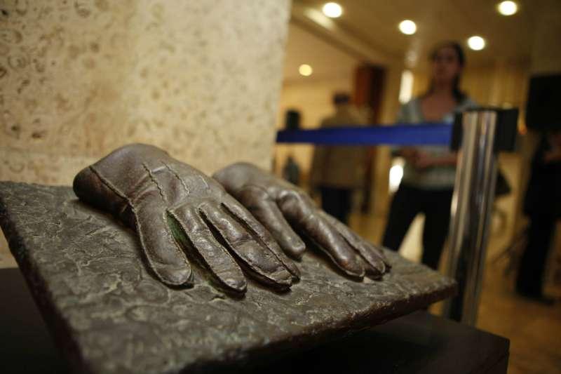 莫薩德特工曾在 1960 年代,將藏身於阿根廷、被稱為「劊子手」的前納粹德國高官阿道夫艾希曼(Adolf Eichmann)綁架回以色列,最終將其公開審判及處刑。相關特工所用的手套的複製品,在該行動成功 50 年後被公開展出。(圖/*CUP)
