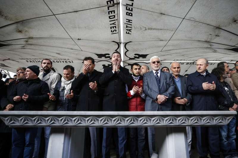2018年11月16日,土耳其伊斯坦堡民眾悼念慘遭肢解的沙烏地阿拉伯異議記者哈紹吉。(AP)