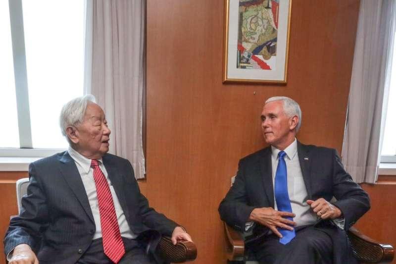 APEC領袖代表張忠謀今天出席APEC企業領袖高峰會,與美國副總統彭斯在場邊會談(取自外交部Twitter)
