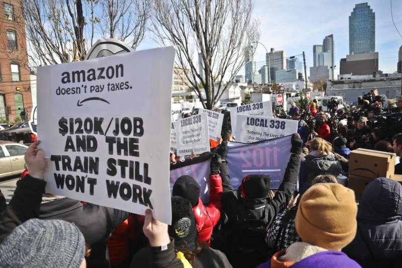 亞馬遜總部落腳紐約的消息引發大批市民抗議,抗議者質疑這無法降低當地失業率,更將影響居民生活品質。(AP)