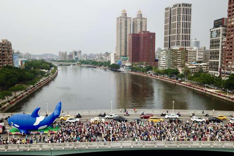 20181117-17日下午由民間發起的高雄「weCARE大氣球遊行」,主辦單位宣布現場超過6萬人,圖為遊行隊伍過橋時的空拍圖。(陳其邁辦公室提供)
