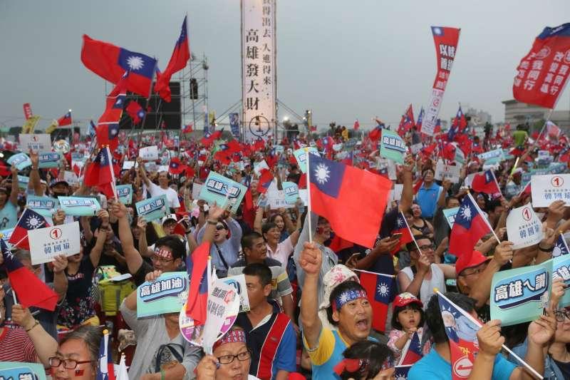 20181117-國民黨高雄市長候選人韓國瑜造勢晚會17日晚間在鳳山舉行,支持者熱情揮舞國旗,形成一片旗海。(新新聞柯承惠攝)