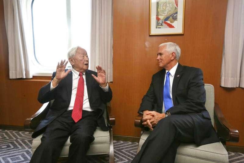 美國副總統彭斯(Mike Pence)出席亞太經濟合作會議(APEC),與台灣代表、台積電創辦人張忠謀會面。(AP)