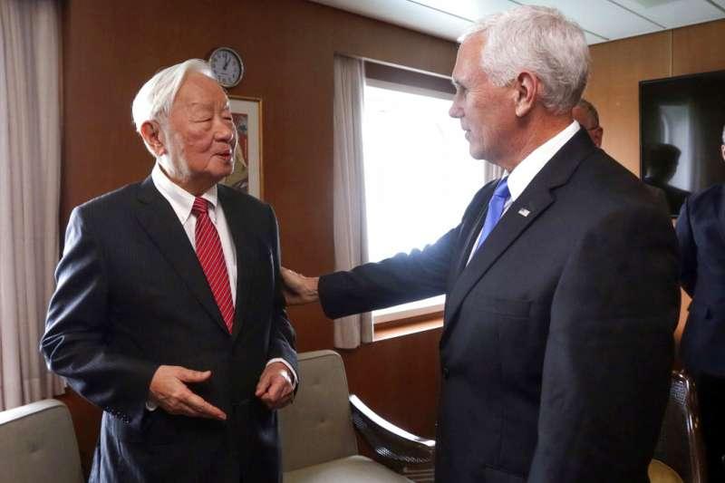 2018年11月17日,美國副總統彭斯(Mike Pence)出席亞太經濟合ˊ作會議(APEC),與台灣代表、台積電創辦人張忠謀會面。(AP)