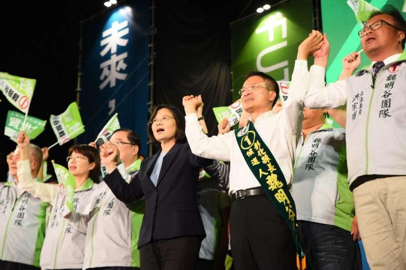 總統蔡英文17日晚間出席彰化縣長魏明谷造勢晚會時表示,若讓國民黨再回來,彰化捷運、鐵路高架化「就都沒有了」,呼籲票投有魄力、有堅持的魏明谷。(民進黨中央提供)