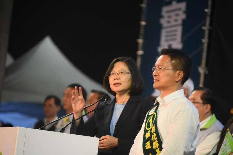 總統蔡英文17日晚間出席彰化縣長魏明谷造勢晚會時再度提及境外勢力干擾年底選舉,她呼籲台灣人團結站出來,用選票告訴全世界,「台灣人,不會被打倒」。(民進黨中央提供)
