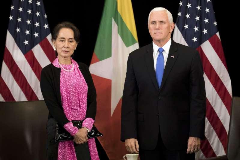 2018年11月12日,緬甸國務資政翁山蘇姬在新加坡東協峰會與美國副總統彭斯會面。(美聯社)