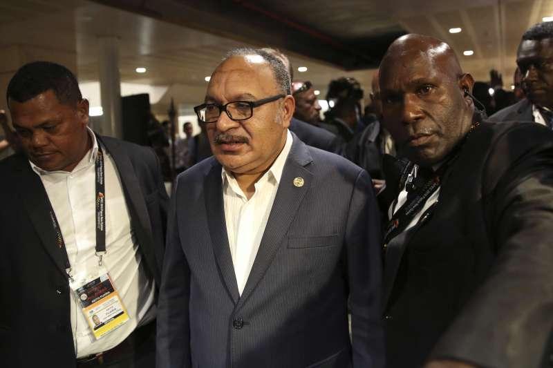 2018年11月18日,APEC經濟領袖會議在巴布亞紐幾內亞閉幕,巴紐總理歐尼爾(中)在記者會後離開會場(AP)