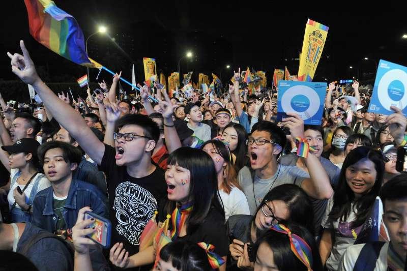 20181118-「為愛返家—搭上幸福特快車」音樂會,閃靈樂團演出,台下民眾激動吶喊。(甘岱民攝)