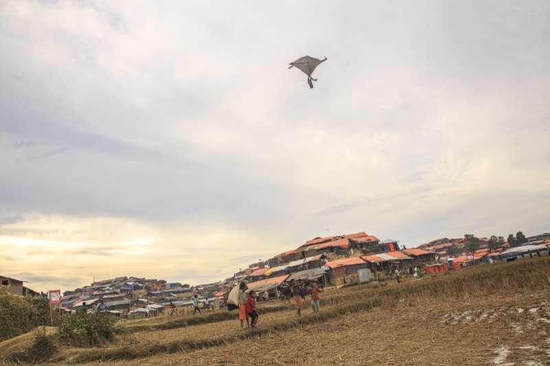 在難民營的一角,逃到孟加拉的羅興亞小孩用風箏忘卻悲傷的回憶。(Junhee Jang攝)