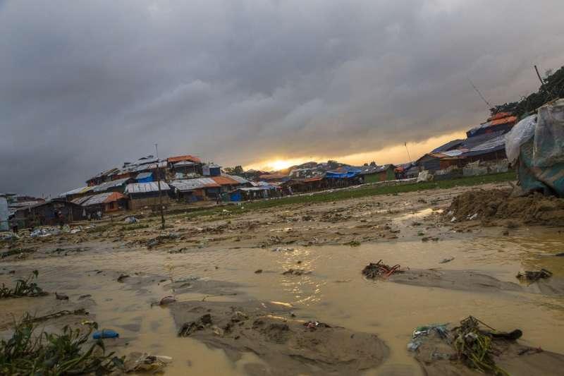 一片泥濘的羅興亞難民營區。(Junhee Jang攝)