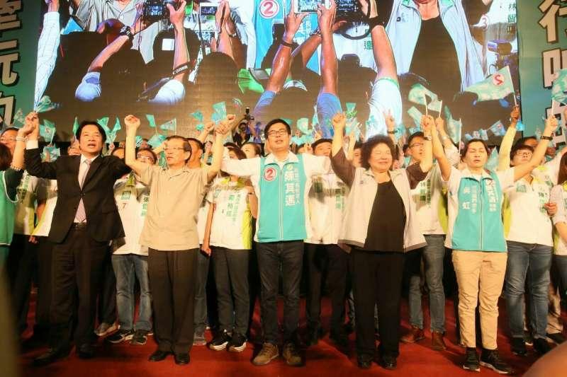 賴清德(左一)、謝長廷(左二)、陳菊(右二)替民進黨高雄市長候選人陳其邁(中)站台。(新新聞柯承惠攝)