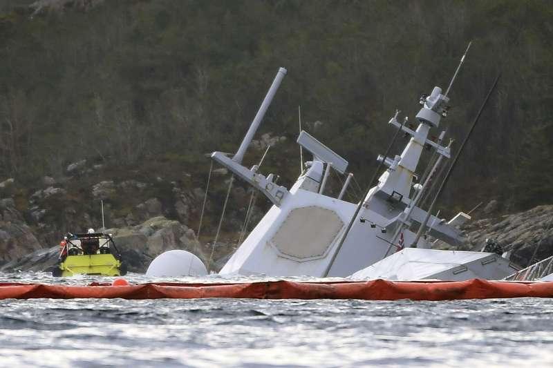 挪威一艘「英斯塔德號」(KNM Helge Ingstad)在11月8日與油輪相撞,之後沉入大海。(AP)