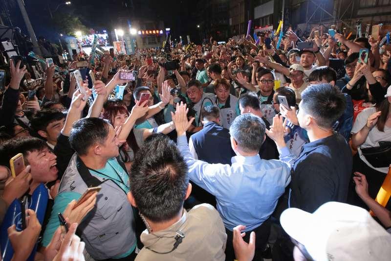 20181118-台北市長柯文哲18日晚間出席「光榮城市」園遊會,大進場時受到民眾熱情的簇擁。(顏麟宇攝)