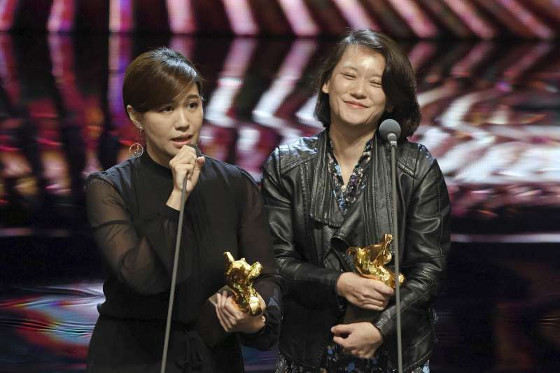 第55屆金馬獎頒獎典禮,傅榆(左)以《我們的青春,在台灣》拿下最佳紀錄片,傅榆發表感言希望台灣被看做一個獨立個體。(AP)
