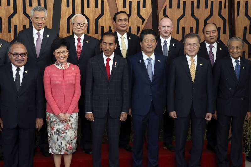 2018年APEC巴布亞紐幾內亞領袖峰會,台灣領導人代表張忠謀(後左2)與會(資料照,AP)