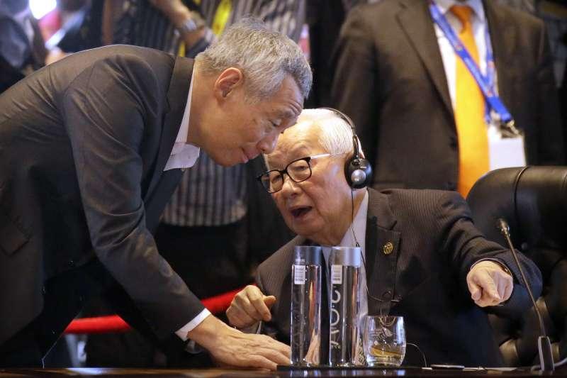 新加坡總理李顯龍(左)認為台灣「愛拚才會贏」的精神正在削弱。圖為去年APEC他與台灣領導人代表張忠謀交談。(美聯社)
