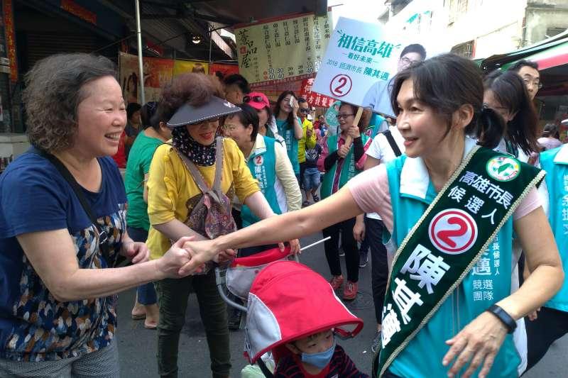 民進黨高雄市長候選人陳其邁夫人吳虹18日到市場掃街、替陳其邁拜票。(陳其邁辦公室提供)