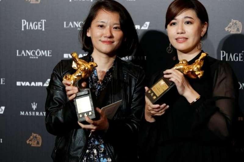 傅榆(右)展示獲得的金馬獎獎杯。(圖/BBC中文網)