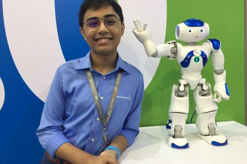 五歲學寫程式、14歲揪出IBM漏洞,今年15歲的印度少年Tanmay Bakshi一頭栽進人工智慧(AI)的世界,如今的他是全球最年輕的AI專家,未來想透過AI讓癱瘓病患開口說話。(圖/智慧機器人網提供)