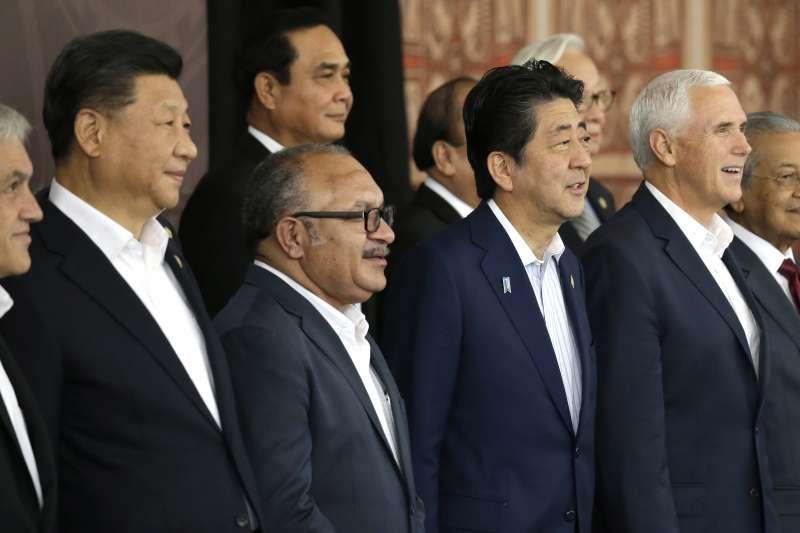 2018年11月18日,APEC經濟領袖會議在巴布亞紐幾內亞閉幕,圖中由左到右分別為習近平、巴紐總理歐尼爾、安倍晉三和彭斯。(美聯社)