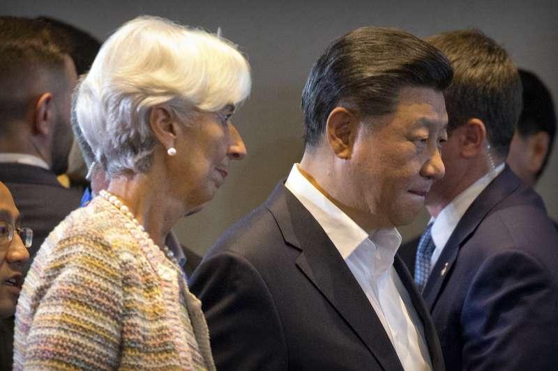 中國國家主席習近平(右)與國際貨幣基金組織總裁拉加德(左)。(美聯社)