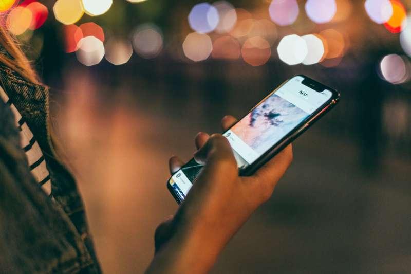 中國抖音app在全球風靡,其中用戶多為年輕族群。(圖/取自pexels)