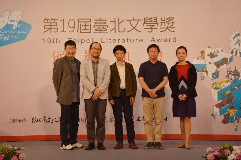 作家李維菁(右一)的遺作《人魚紀》獲得台北文學年金類獎助40萬,文化局將協助家屬促成此書出版。圖為之前年金類3位入圍者等人合照。(資料照,文訊雜誌社提供)