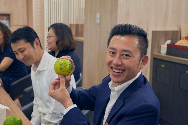 新竹市長林智堅市長13日直播剪髮掀起「抱橘熱」,今(19)日更收到一封來自地方媽媽的信,認為自己雖然是單親家庭,但並不感到孤單,因為「我們的市長是林智堅。」(林智堅競選團隊提供)